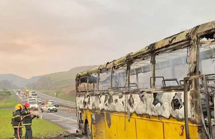MG: Ônibus rodoviário pega fogo na BR-040 em Juiz de Fora