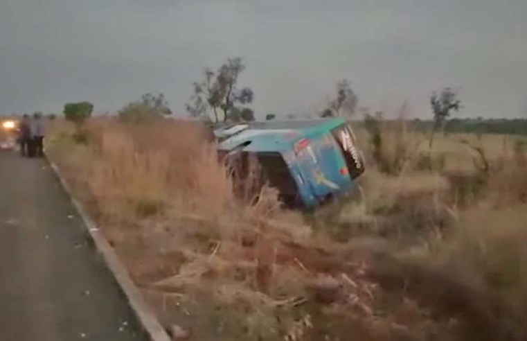 Vídeo: Ônibus da Rio Novo Transportes tomba na rodovia MT-240