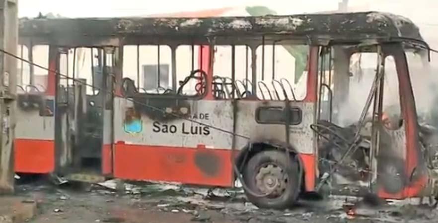 Ônibus pega fogo nesta manhã em São Luís