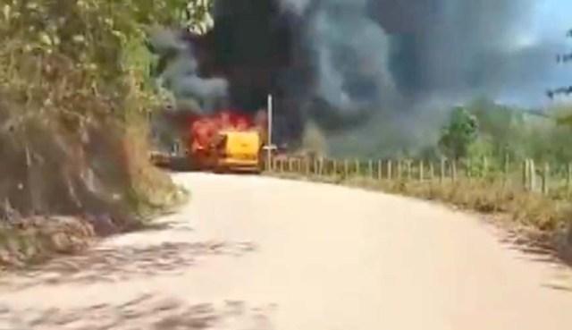 MG: Micro-ônibus escola pega fogo na zona rural de Piranguçu - revistadoonibus