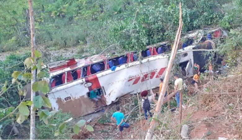 Vídeo: Ônibus da Viação Açailândia tomba na BR-222 deixando 4 mortos e 8 feridos em Córrego Novo/MA