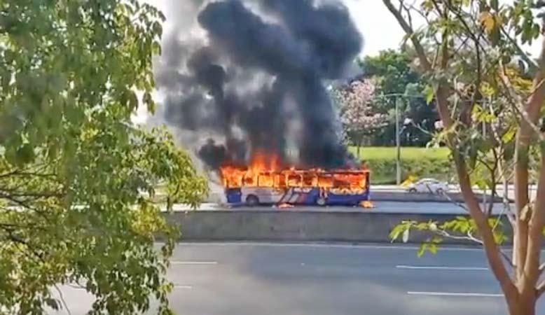 Vídeo: Ônibus da EMTU é incendiado em protesto na Rodovia Raposo Tavares em Cotia/SP