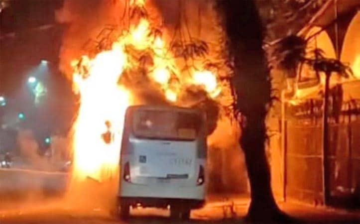 Rio: Ônibus da Transportes Barra pega fogo na região da zona oeste