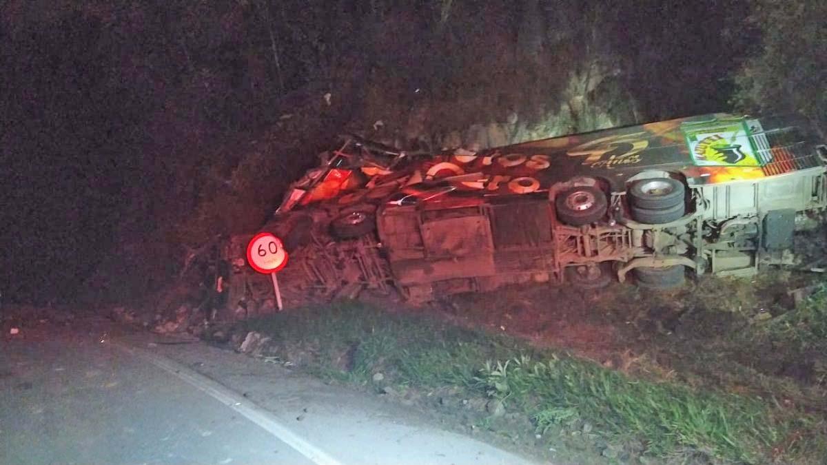 SC: Acidente com ônibus da banda Garotos de Ouro deixa um morto na BR-282