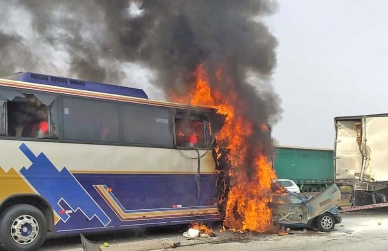 SP: Engavetamento entre carro, ônibus e caminhão deixa seis mortos na Via Dutra em São José dos Campos