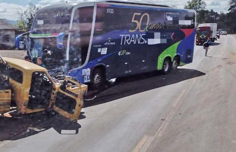 SC: Acidente entre caminhonete e ônibus da Trans Issak na BR-153 deixa um morto