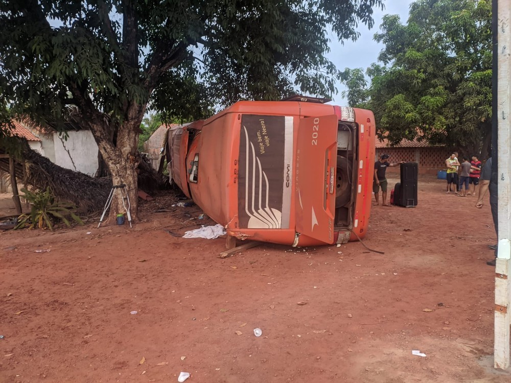 MA: Ônibus da R.A Viagens tomba deixando três mortos na BR-316 em Peritoró
