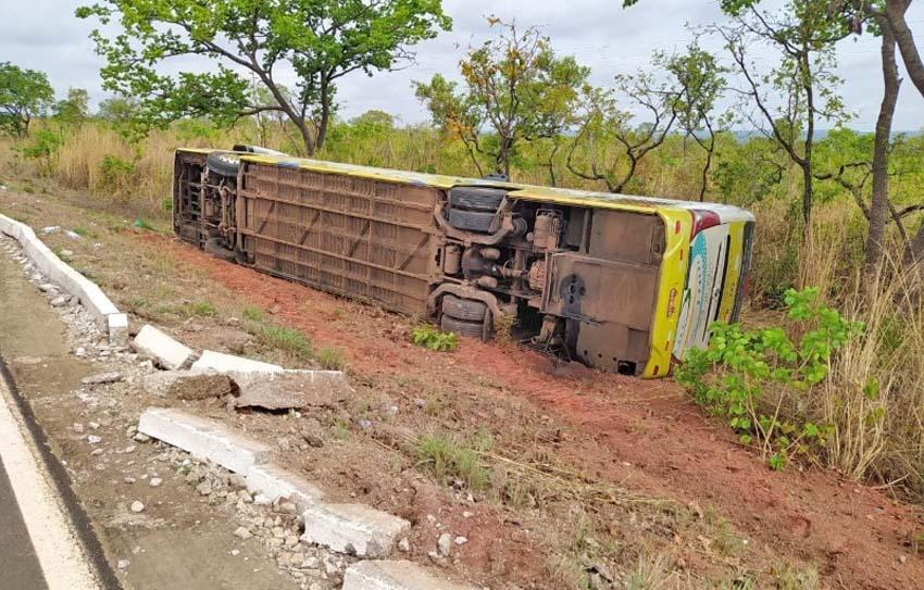 MS: Ônibus tomba na BR-070 deixando quatro feridos em General Carneiro