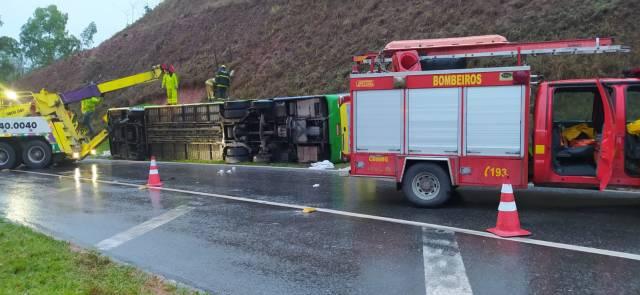 MG: Ônibus da Araújo Turismo tomba na BR-040 em Ewbank da Câmara, mata uma mulher e fere 44 pessoas - revistadoonibus