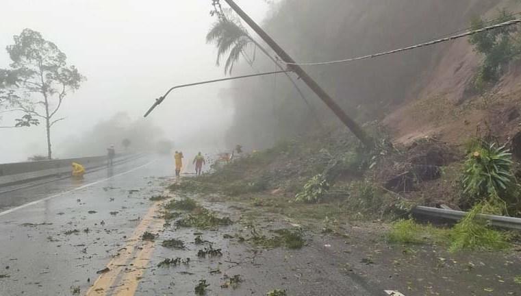 SP: Rodovia dos Tamoio é fechada devido quedas de barreiras