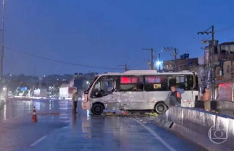 Rio: Micro-ônibus tomba na Avenida Brasil nesta madrugada