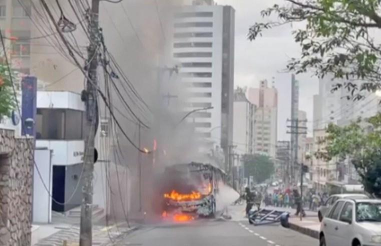 Salvador: Ônibus da Plataforma Transporte pega fogo na Avenida Princesa Isabel - revistadoonibus