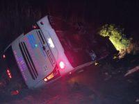 MG: Ônibus de aplicativo tomba na BR-352 em Pato de Minas - revistadoonibus