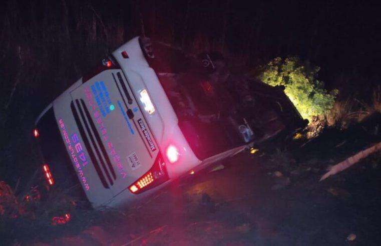MG: Ônibus a serviço da Buser tomba na BR-352 em Patos de Minas deixando 9 feridos