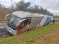 SP: Ônibus com 40 presos tomba na Rodovia na Castelo Branco - revistadoonibus