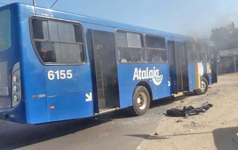 Aracaju: Protesto no Santa Maria deixa três ônibus depredados - revistadoonibus