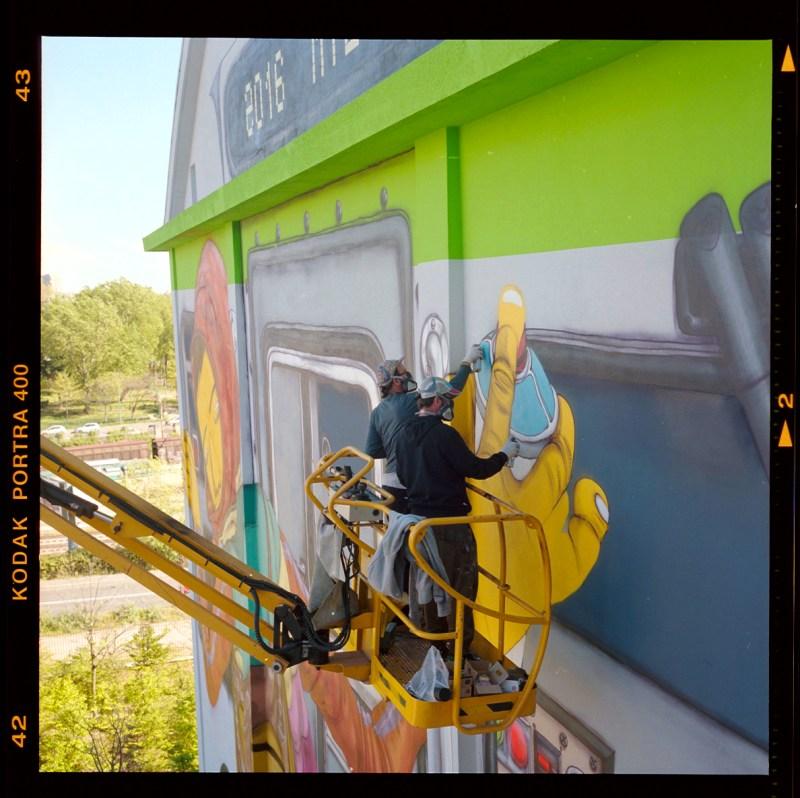 OSGEMEOS Pintura da fachada da Fundação Hangar Bicocca, uma das principais referências de arte contemporânea na Itália, localizada em Milão, 2016. Crédito fotográfico: Sha Ribeiro / @sha___ribeiro