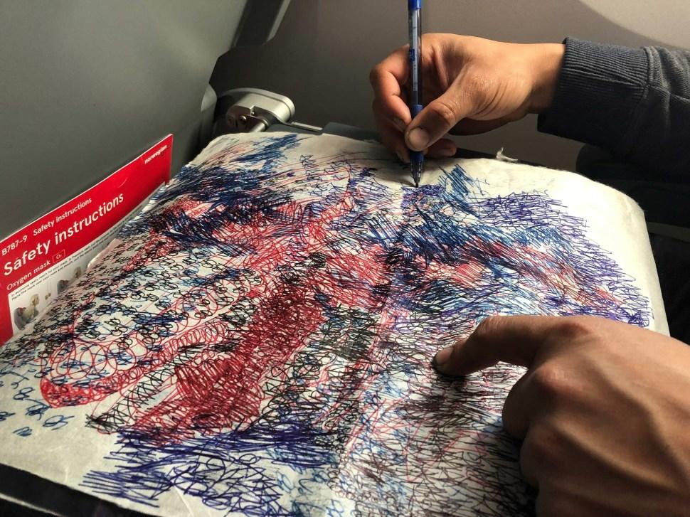 Óscar Murillo. Poetics of Flight. Dibujando durante el vuelo. Foto de Alfonso Calixtro. Cortesía Galería David Zwirner