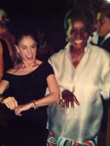 Caresse Lansberg y Marva Griffin bailando en una fiesta de la bienal de Venecia