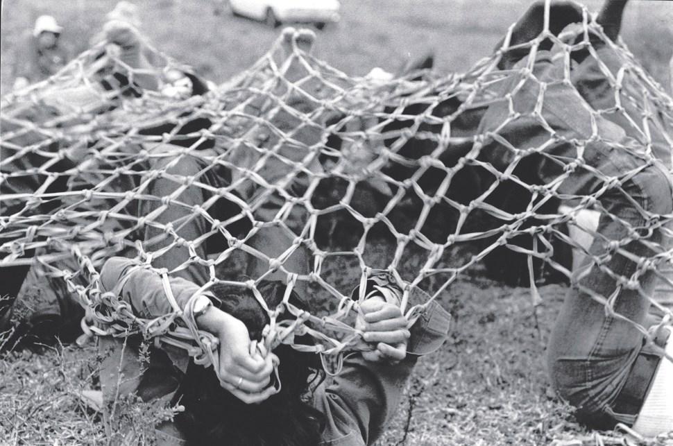 "Lygia Clark, propuesta de Rede de elásticos, 1974. Mostrada, en París 1974. Cortesía Associação Cultural ""O Mundo de Lygia Clark,"" Rio de Janeiro."