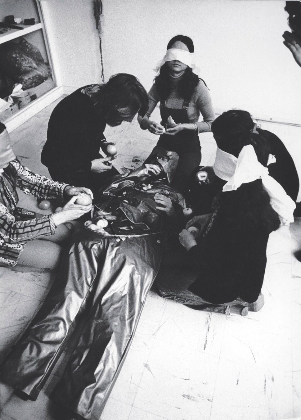 """Lygia Clark, Canibalismo, 1973. Probablemente en París. Cortesía Associação Cultural """"O Mundo de Lygia Clark,"""" Río de Janeiro."""