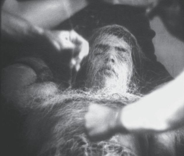 """Lygia Clark, Baba antropofágica, 1973. Mostrado probablemente en París, 1973. Cortesía Associação Cultural """"O Mundo de Lygia Clark,"""" Río de Janeiro."""