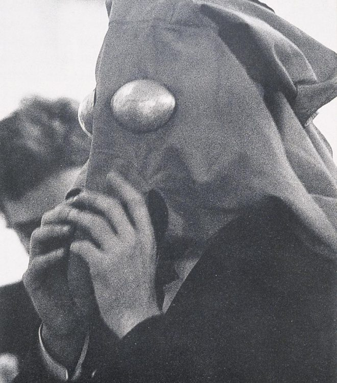 Lygia Clark, Máscaras Sensoriais [Sensory Masks], 1967–68. Cortesía O Mundo de Lygia Clark-Associação Cultural, Río de Janeiro.