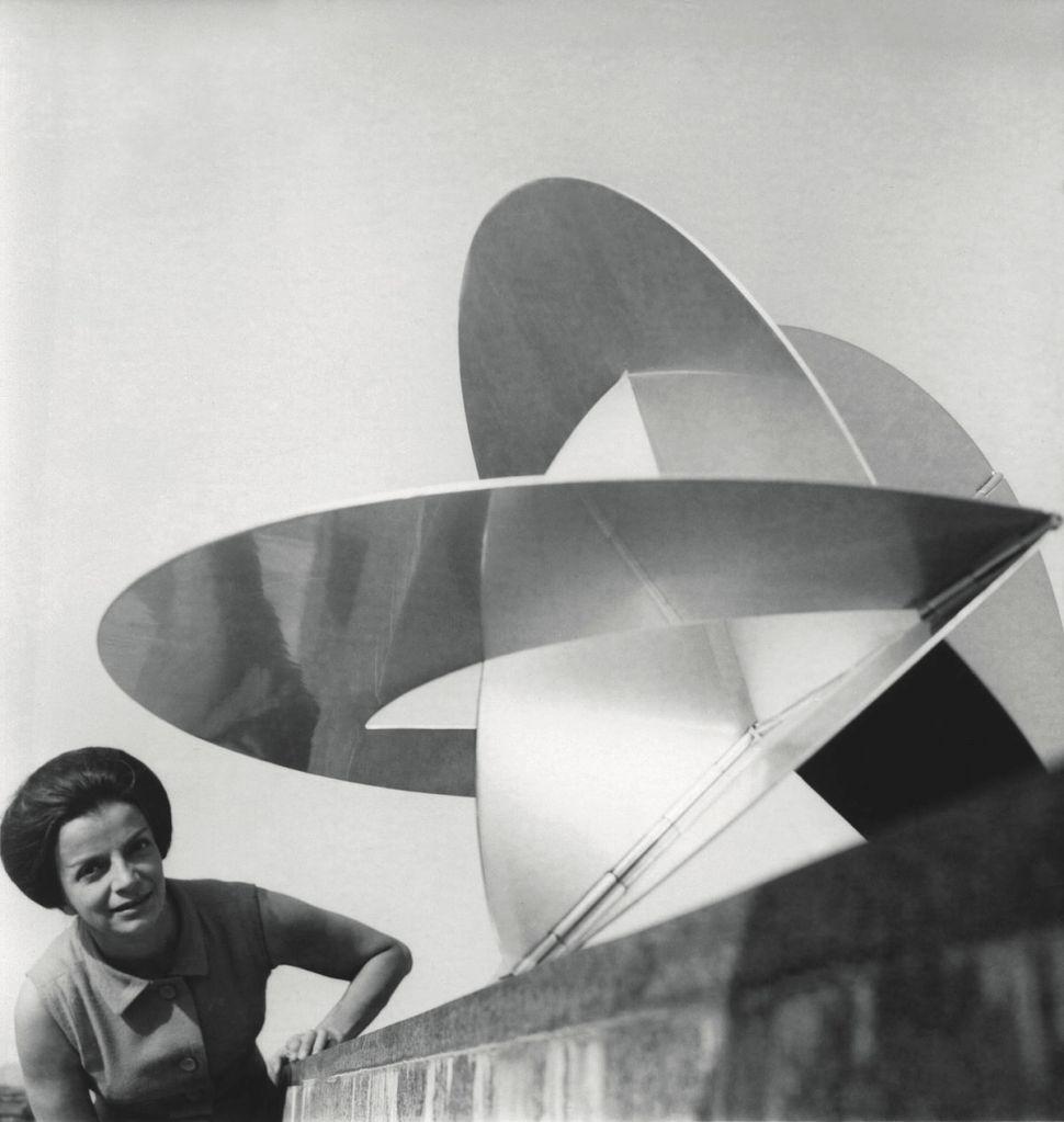 """Lygia Clark, 1960s. © """"The World of Lygia Clark"""" Cultural Association. Cortesía O Mundo de Lygia Clark-Associação Cultural, Río de Janeiro."""