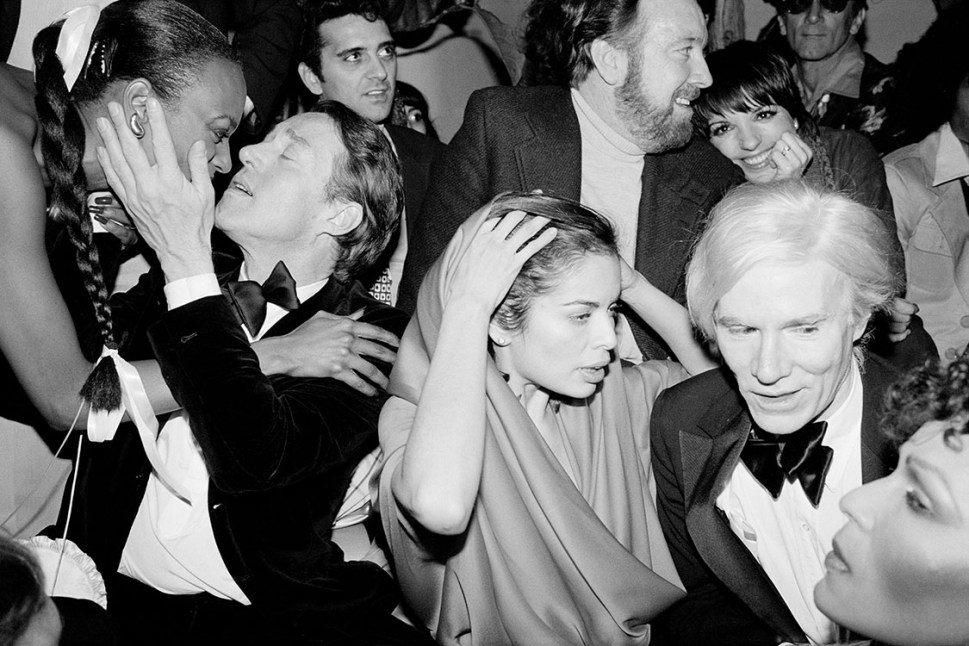 Bianca Jagger, Halston Liza Minnelli, Jack Haley Jr, y Andy Warhol en Studio 54. New York City, 1977.