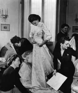 Linda Christian en al ajuste de su vestido de novia con las Hermanas Sorelle Fontana