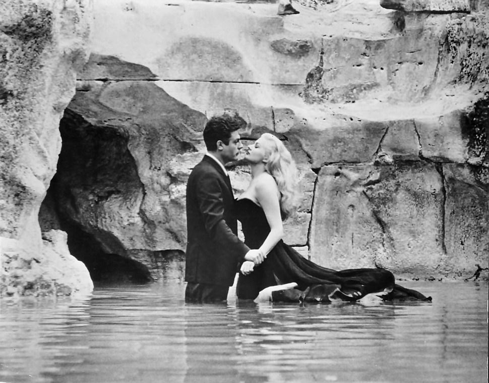 Marcello y Anita en la Fontana di Trevi