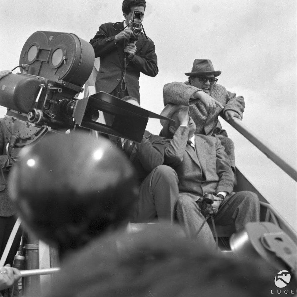 Federico Fellini dirigiendo La dolce vita