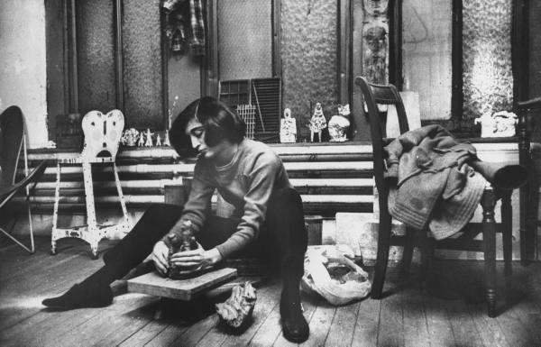 Marisol Escobar haciendo una escultura Foto Walter Sanders The LIFE Picture Collection via Getty Images