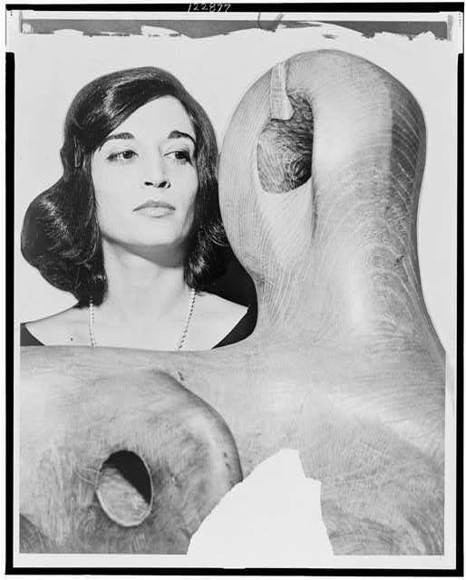 Marisol Escobar mira la escultura de Henry Moore Marlborough-Gerson Gallery World Telegram