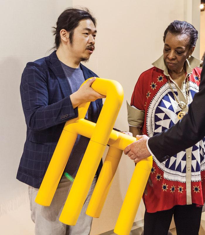 Ganador del SaloneSatellite 2017. Comma stool/chair por Mike He, fundador de Pistacchi Design de Taiwan.