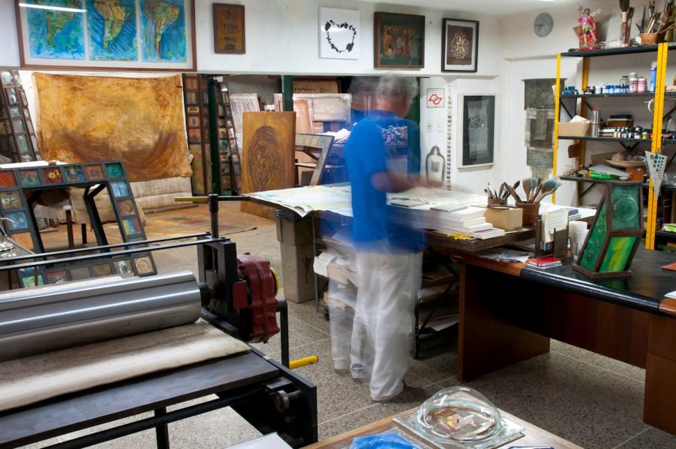 Ricardo Benaim en su estudio. Foto de Daniel Benaim.