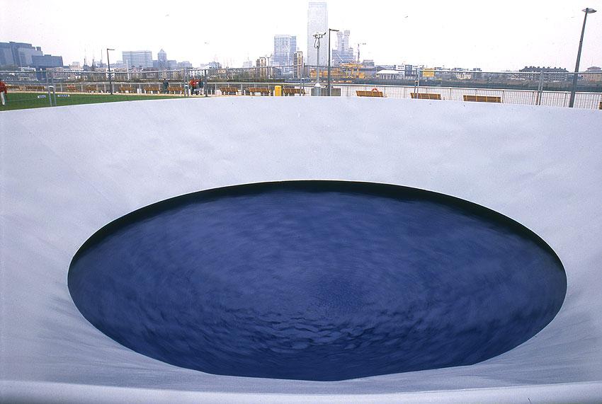 Anish Kapoor. Parabolic waters, 2000.