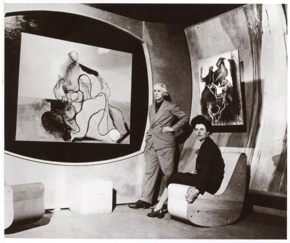 Art of This Century Gallery, 30 W. 57th Street, New York City, 1942 — galería diseñada por Frederick Kiesler. En la foto Max Ernst y Peggy Guggenheim.
