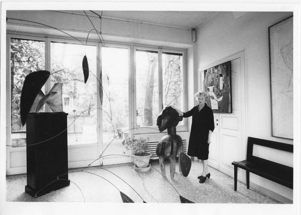Peggy Guggenheim en el salón de su casa veneciana