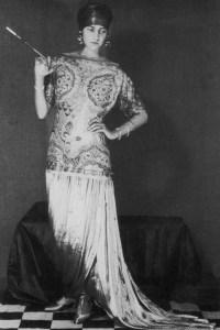 Peggy Guggenheim con un vestido de Paul Poiret y tocado de Vera Stravinsky, Foto Man Ray, Paris, ca. 1925