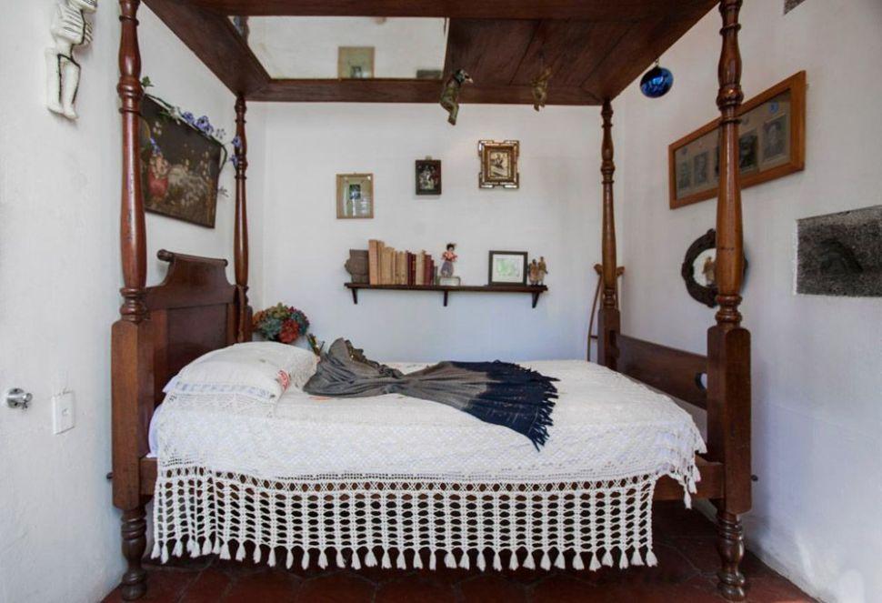 La cama de Frida con dosel y espejo en el techo. Casa Azul.