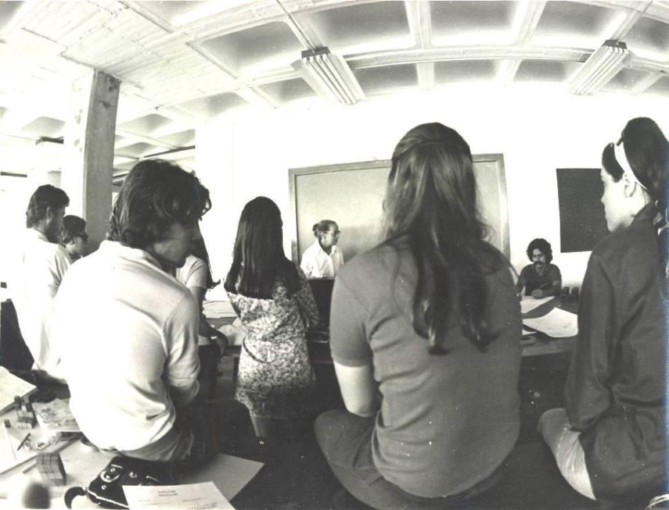 Gego durante Seminario en el Instituto de Diseño Neumann 1977