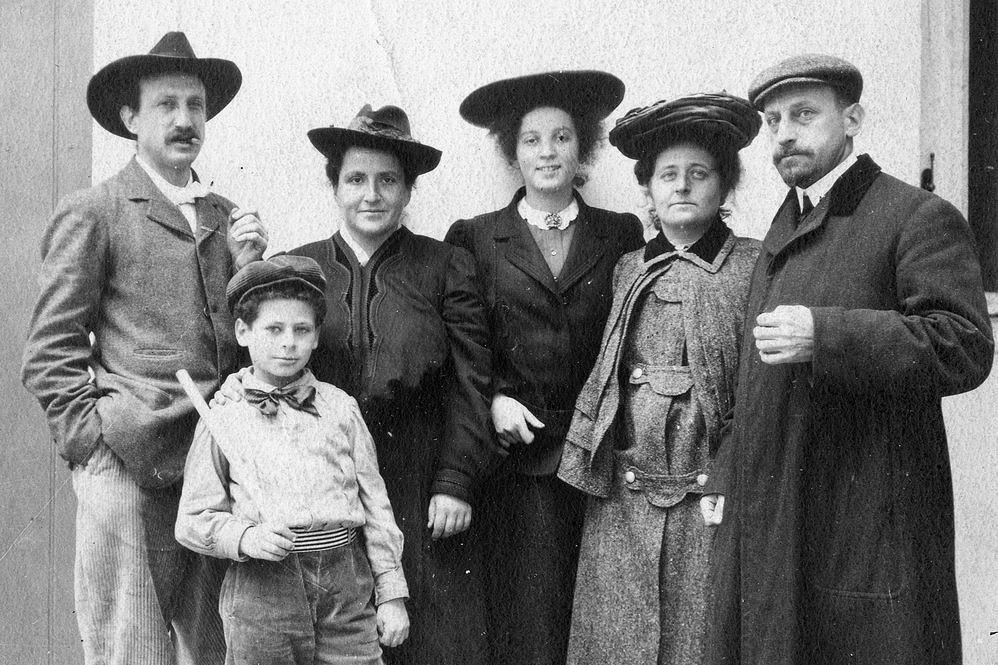 27 Rue de Fleurus, circa 1905. De derecha a izquierda: Michael y Sarah Stein, Theresa Ehrman, Gertrude, Leo y el hijo de Michael.