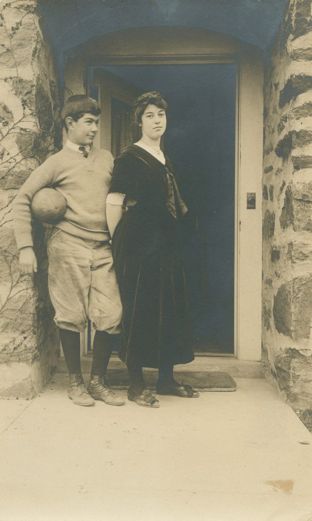 "Calder y su hermana, Margaret ""Peggy"" Calder, Croton-on-Hudson, New York, 1910"