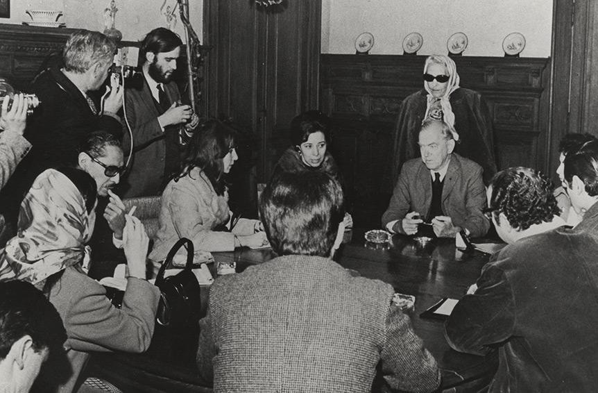 Graham Greene con Victoria Ocampo en una rueda de prensa en Buenos Aires en 1968