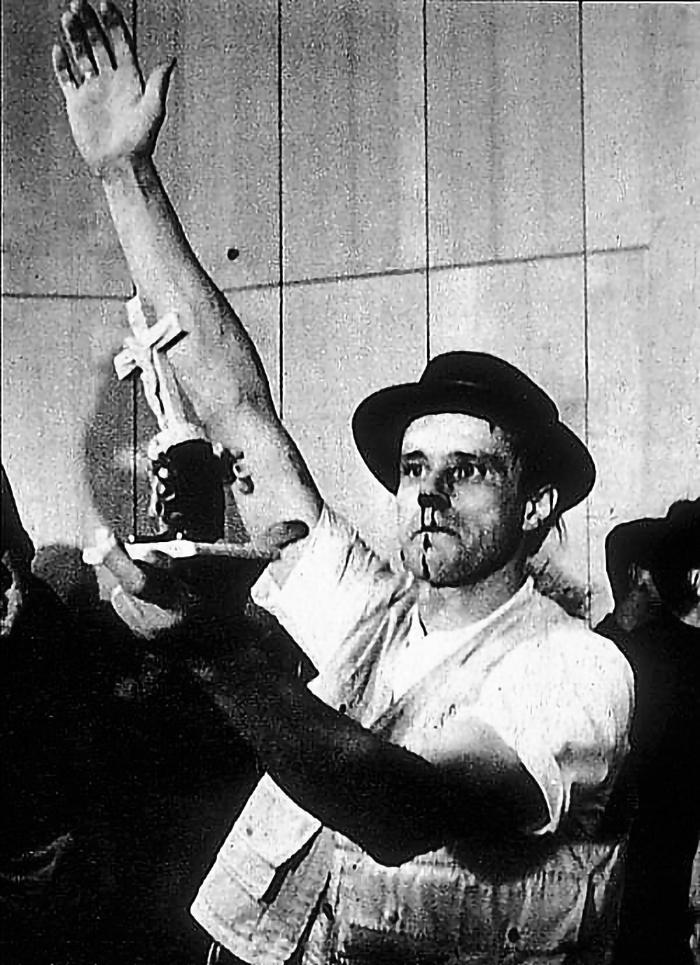 Joseph Beuys luego de ser agredido en el festival de nuevo arte, lo cual integró al performance.
