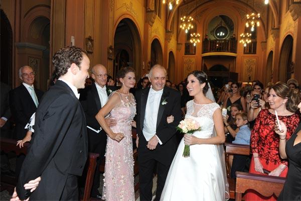La novia al momento de ser entregada su prometido.
