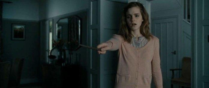 É um dos momentos mais dramáticos do sétimo filme da saga. Hermione apaga a sua existência da memória dos pais, impedindo-os de serem perseguidos por Devoradores da morte. (imagem retirada de link)