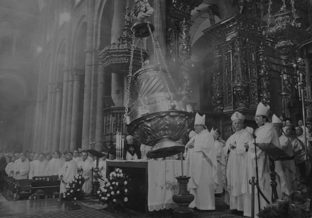 O famoso turíbulo ou incensório da Catedral de Santiago de Compostela durante um serviço religioso. O fumo da queima do incenso sempre fez parte dos rituais litúrgicos católicos, sendo uma tradição herdada de outras religiões.