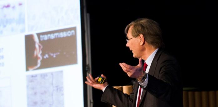 O Professor Osterhaus apela à curiosidade do público, incentivando-os a questionar os dogmas da Ciência. (fotografia: Pedro Monteiro Palma)